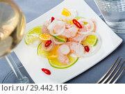 Купить «Shrimp ceviche with lime, mandarine and chili pepper», фото № 29442116, снято 21 мая 2019 г. (c) Яков Филимонов / Фотобанк Лори