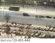Купить «Снегопад на улицах спального района. Дорога и автомобильная парковка. Санкт-Петербург», фото № 29455444, снято 2 февраля 2018 г. (c) Кекяляйнен Андрей / Фотобанк Лори
