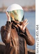 Купить «Портрет девушки в мотоциклетном шлеме с опущенным зеркальным визором», фото № 29455464, снято 30 апреля 2018 г. (c) Кекяляйнен Андрей / Фотобанк Лори