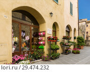 Street in the town of San Quirico d'orcia, Tuscany, Italy (2014 год). Редакционное фото, фотограф Наталья Волкова / Фотобанк Лори