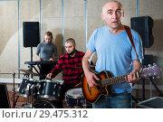 Купить «Male soloist singing with band», фото № 29475312, снято 26 октября 2018 г. (c) Яков Филимонов / Фотобанк Лори