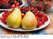 Купить «Груши и черешня в тарелке на столе», эксклюзивное фото № 29475420, снято 8 июля 2018 г. (c) Dmitry29 / Фотобанк Лори