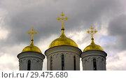 Купить «Золотые купола Успенского собора на фоне сумрачного неба с бегущими облаками (таймлапс). Ярославль, Россия», видеоролик № 29475680, снято 17 июля 2017 г. (c) Виктор Карасев / Фотобанк Лори