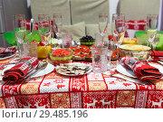 Праздничный домашний стол со скатертью и салфетками с новогодним орнаментом. Стоковое фото, фотограф Кекяляйнен Андрей / Фотобанк Лори