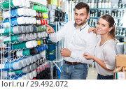 Купить «Couple choosing paint spray in shop», фото № 29492072, снято 17 мая 2018 г. (c) Яков Филимонов / Фотобанк Лори