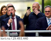 Tommy Robinson (far right activist - real name Stephen Yaxley-Lennon) speaks to a crowd outside the Old Bailey, London, after being released on bail while... (2014 год). Редакционное фото, фотограф Phil Robinson / age Fotostock / Фотобанк Лори