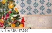 Купить «Blurred background of a living room decorated for christmas combined with falling snow», видеоролик № 29497520, снято 15 сентября 2019 г. (c) Wavebreak Media / Фотобанк Лори