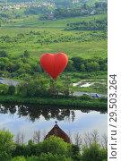 Полет на воздушном шаре в форме сердца. Стоковое фото, фотограф Дмитрий Воробьев / Фотобанк Лори