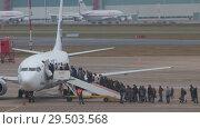 Купить «RUSSIA, MOSCOW. 8-11-2018. SHEREMETYEVO AIRPORT: People are landing on the airplane», видеоролик № 29503568, снято 11 декабря 2018 г. (c) Константин Шишкин / Фотобанк Лори
