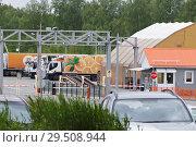 Купить «Грузовик с апельсинами на будке стоит на базе», фото № 29508944, снято 2 июня 2018 г. (c) Нина Карымова / Фотобанк Лори