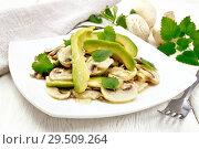 Купить «Салат из авокадо и шампиньонов на столе», фото № 29509264, снято 15 ноября 2018 г. (c) Резеда Костылева / Фотобанк Лори