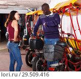 Купить «Indignant woman talking to rickshaw driver», фото № 29509416, снято 22 мая 2018 г. (c) Яков Филимонов / Фотобанк Лори