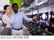 Купить «Couple selecting hob in household store», фото № 29509540, снято 21 февраля 2018 г. (c) Яков Филимонов / Фотобанк Лори