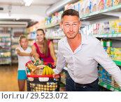 Купить «frustration man with family in supermarket», фото № 29523072, снято 11 июля 2017 г. (c) Яков Филимонов / Фотобанк Лори