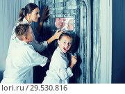 Купить «Mother with childred are helping dad and girl get out of the locked door», фото № 29530816, снято 3 августа 2017 г. (c) Яков Филимонов / Фотобанк Лори