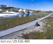 Купить «Норвежская туристическая дорога Aurlandsfjellet на юге Норвегии. Автомобиль и мотоциклы на обочине остановились для отдыха», фото № 29536480, снято 7 июля 2018 г. (c) Кекяляйнен Андрей / Фотобанк Лори