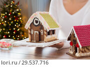Купить «close up of woman with christmas gingerbread house», фото № 29537716, снято 30 октября 2014 г. (c) Syda Productions / Фотобанк Лори