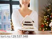 Купить «close up of woman with christmas gingerbread house», фото № 29537948, снято 30 октября 2014 г. (c) Syda Productions / Фотобанк Лори
