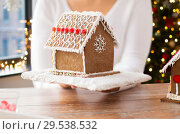 Купить «close up of woman with christmas gingerbread house», фото № 29538532, снято 30 октября 2014 г. (c) Syda Productions / Фотобанк Лори