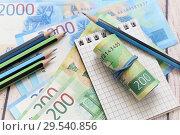 Купить «Бизнес-натюрморт. Российские деньги, блокнот для записей и карандаши», фото № 29540856, снято 7 декабря 2018 г. (c) Наталья Осипова / Фотобанк Лори