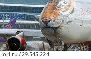 Купить «Airplane turn runway before departure», видеоролик № 29545224, снято 2 декабря 2018 г. (c) Игорь Жоров / Фотобанк Лори