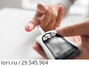 Купить «senior man with glucometer checking blood sugar», фото № 29545964, снято 7 июля 2016 г. (c) Syda Productions / Фотобанк Лори