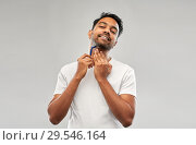 Купить «indian man shaving beard with razor blade», фото № 29546164, снято 27 октября 2018 г. (c) Syda Productions / Фотобанк Лори