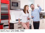 Купить «Couple talking in kitchen furnishing store», фото № 29546780, снято 11 апреля 2018 г. (c) Яков Филимонов / Фотобанк Лори