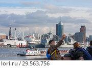 Купить «Подросток снимает селфи на фоне Эльбы и панорамы Гамбурга, Германия», фото № 29563756, снято 8 ноября 2018 г. (c) Наталья Николаева / Фотобанк Лори