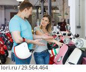 Купить «Male with girl choose motobike», фото № 29564464, снято 8 мая 2018 г. (c) Яков Филимонов / Фотобанк Лори