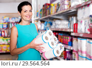 Купить «Female in the supermarket holding toilet paper», фото № 29564564, снято 6 июня 2017 г. (c) Яков Филимонов / Фотобанк Лори