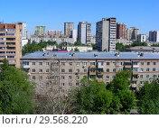 Купить «Пятиэтажный трёхподъездный кирпичный жилой дом серии, построен в 1963 году. 11-я Парковая улица, 8 . Район Восточное Измайлово. Город Москва», эксклюзивное фото № 29568220, снято 8 июня 2015 г. (c) lana1501 / Фотобанк Лори