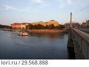 Prague, Hlavni mesto Praha, Czech Republic - View to the old town from the Manes Bridge. Josefov is part of the old town. (2018 год). Редакционное фото, агентство Caro Photoagency / Фотобанк Лори
