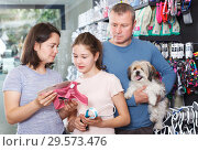 Купить «family visiting pet shop in search of accessories», фото № 29573476, снято 3 мая 2018 г. (c) Яков Филимонов / Фотобанк Лори