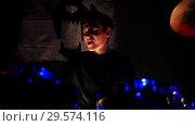 Купить «A guy plays drums for a rock band performance», видеоролик № 29574116, снято 19 марта 2019 г. (c) Константин Шишкин / Фотобанк Лори