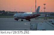 Купить «The plane performs taxiing at the airport taxiway», видеоролик № 29575292, снято 1 августа 2018 г. (c) Андрей Радченко / Фотобанк Лори
