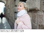 Купить «Female in the city in scarf and coat», фото № 29587124, снято 27 ноября 2017 г. (c) Яков Филимонов / Фотобанк Лори