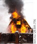 Охваченный огнём дом в садовом товариществе. Стоковое фото, фотограф Сайганов Александр / Фотобанк Лори
