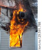 Пламя из окна горящего дачного дома (2018 год). Редакционное фото, фотограф Сайганов Александр / Фотобанк Лори