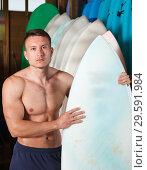Купить «Glad guy surfer posing with surfboard», фото № 29591984, снято 30 апреля 2018 г. (c) Яков Филимонов / Фотобанк Лори