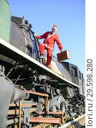 Купить «Man in Santa outfit on old locomotive», фото № 29598280, снято 19 декабря 2017 г. (c) age Fotostock / Фотобанк Лори