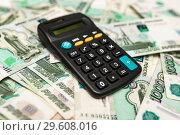 Купить «Калькулятор лежит на российских деньгах», эксклюзивное фото № 29608016, снято 19 декабря 2018 г. (c) Игорь Низов / Фотобанк Лори