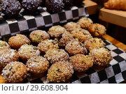 Купить «Appetizing vanilla muffins on the shop window», фото № 29608904, снято 6 апреля 2018 г. (c) Володина Ольга / Фотобанк Лори