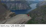 Купить «Язык Тролля (Trolltunga), каменный выступ на горе Скьеггедаль, расположенной вблизи города Одда в Норвегии, возвышающийся над озером Рингедалсватн на высоте 700 метров», видеоролик № 29609208, снято 8 ноября 2018 г. (c) Кекяляйнен Андрей / Фотобанк Лори