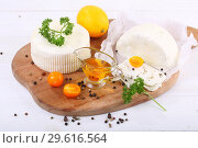 Купить «Сулугуни с помидорами и зеленью на деревянном белом фоне», фото № 29616564, снято 21 апреля 2020 г. (c) Марина Володько / Фотобанк Лори