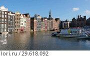 View on chanals with passenger ships in Damrak area of Amsterdam. (2018 год). Редакционное видео, видеограф Serg Zastavkin / Фотобанк Лори