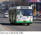 Купить «Автобус № 100 на рейсе. Улица Алабяна. Район Сокол. Город Москва», эксклюзивное фото № 29618740, снято 27 марта 2015 г. (c) lana1501 / Фотобанк Лори