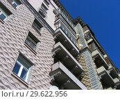 Купить «Девятиэтажный трехподъездный кирпичный жилой дом сталинской архитектуры (1951 года постройки). Улица Алабяна, 10, корпус 2. Район Сокол. Москва», эксклюзивное фото № 29622956, снято 27 марта 2015 г. (c) lana1501 / Фотобанк Лори