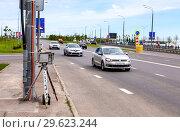 Traffic enforcement camera and vehicles in motion on city street (2018 год). Редакционное фото, фотограф FotograFF / Фотобанк Лори