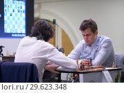 Купить «Чемпион мира Magnus Carlsen, Норвегия (справа) в матче против россиянина Григория Опарина на чемпионате мира по быстрым шахматам в Санкт-Петербурге», фото № 29623348, снято 28 декабря 2018 г. (c) Stockphoto / Фотобанк Лори
